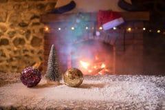 Jul hyr rum inredesign, Xmas-trädet som dekoreras av leksaker för ljusgåvagåvor, stearinljus och Garland Lighting Indoors Firepla arkivbild