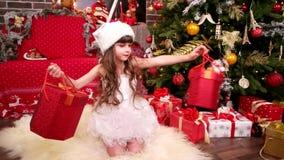 Jul hyr rum med liten flickanärbilden, dottern i älvajultomten som dräkten väljer överraskningen för nytt år, vintersemester stock video
