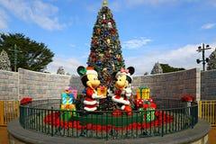 Jul i disneyland Hong Kong med mickey- och minniemusen royaltyfri foto