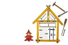 Jul i ett nybyggt hus Gåva på julafton Inteckna för att bygga ett hus för byggnadskonstruktion för bakgrund sparkles den blåa gla Arkivfoton