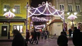 Jul i gammal stad för Warszawa på natten i Polen stock video