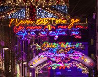 Jul i London, England - Carnaby Street, bohemisk extas royaltyfri fotografi