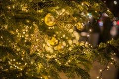 Jul i London, England, UK - julgran, prydnader och felika ljus arkivfoto