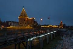 Jul i sikt för Kaunas slottnatt royaltyfria foton