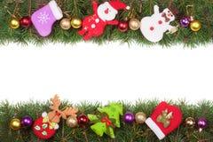 Jul inramar gjort av granfilialer som dekoreras med bollar den isolerade snögubben och Santa Claus på vit bakgrund Arkivfoto