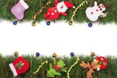 Jul inramar gjort av granfilialer som dekoreras med den isolerade snögubben och Santa Claus på vit bakgrund Fotografering för Bildbyråer