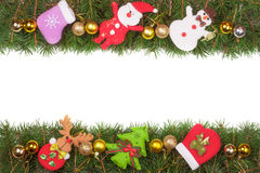 Jul inramar gjort av granfilialer som dekoreras med guld- bollar den isolerade snögubben och Santa Claus på vit bakgrund Arkivbild