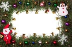 Jul inramar gjort av granfilialer som dekoreras med klockor, och isolerade bollar på vit bakgrund Royaltyfria Bilder