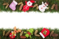 Jul inramar gjort av granfilialer som dekoreras med kottar den isolerade snögubben och Santa Claus på vit bakgrund Arkivfoto