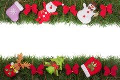 Jul inramar gjort av granfilialer som dekoreras med röda pilbågar den isolerade snögubben och Santa Claus på vit bakgrund Royaltyfri Foto