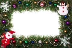 Jul inramar gjort av granfilialer som dekoreras med Santa Claus, och isolerade bollar på vit bakgrund Arkivfoto