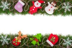 Jul inramar gjort av granfilialer som dekoreras med snöflingor den isolerade snögubben och Santa Claus på vit bakgrund Arkivfoton