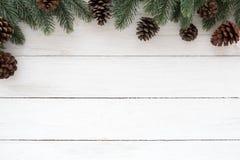 Jul inramar gjort av granträdfilial och sörjer kottar royaltyfri bild