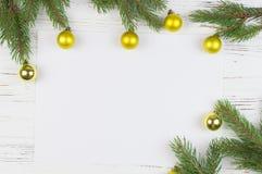 Jul inramar med granträdet, på lantligt trä, kopieringsutrymme för text nytt år för bakgrund Arkivbilder