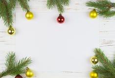 Jul inramar med granträdet, på lantligt trä, kopieringsutrymme för text nytt år för bakgrund Royaltyfria Foton