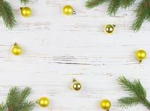 Jul inramar med granträdet, på lantligt trä, kopieringsutrymme för text nytt år för bakgrund Fotografering för Bildbyråer