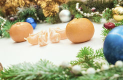 Jul inramar med julprydnader och garneringar tangerin kryddnejlikor Arkivbilder