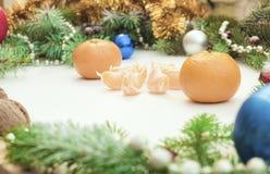 Jul inramar med julprydnader och garneringar tangerin kryddnejlikor Royaltyfri Bild