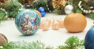 Jul inramar med julprydnader och garneringar tangerin kryddnejlikor Royaltyfria Bilder