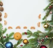 Jul inramar med julprydnader och garneringar tangerin kryddnejlikor Royaltyfri Fotografi