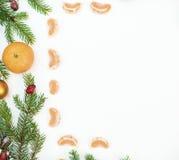 Jul inramar med julprydnader och garneringar tangerin kryddnejlikor Royaltyfria Foton