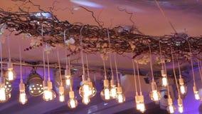 Jul inre lynnig bakgrund, inre jul white för juldekorisolering Den dekorerade restaurangen, ljusa strålar exponerar arkivfilmer