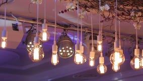 Jul inre lynnig bakgrund, inre jul white för juldekorisolering Den dekorerade restaurangen, ljusa strålar exponerar lager videofilmer