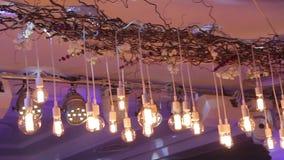 Jul inre lynnig bakgrund, inre jul white för juldekorisolering Den dekorerade restaurangen, ljusa strålar exponerar stock video