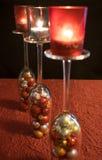 Jul, inverterade champagneexponeringsglas med julbollar och t Royaltyfri Bild
