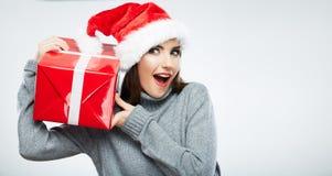 Jul isolerade gåvan för jul för kvinnaståendehållen Fotografering för Bildbyråer