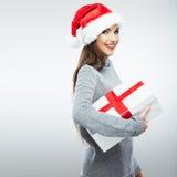 Jul isolerade gåvan för jul för kvinnaståendehållen Royaltyfria Bilder