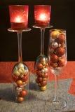 Jul jul klumpa ihop sig fyllda champagneexponeringsglas med telig Arkivbilder