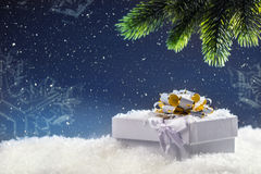 Jul Julgåvaask i abstrakt snöig plats bakgrundsjulen stänger upp röd tid Royaltyfri Foto