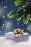 Jul Julgåvaask i abstrakt snöig plats bakgrundsjulen stänger upp röd tid Royaltyfria Bilder