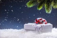Jul Julgåvaask i abstrakt snöig plats bakgrundsjulen stänger upp röd tid Arkivfoto