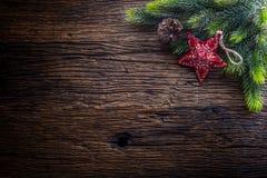 Jul Julgranträdet med stjärnan och sörjer kotten på den lantliga trätabellen royaltyfria bilder