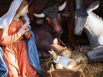 Jul Julkrubba med i naturlig storlek statyer Arkivbild