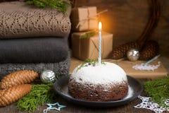 Jul kaka eller pudding i festlig garnering Arkivbilder