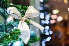Jul klumpa ihop sig bandet, baw på trädet i bakgrunden med andra garneringar och girlander kopiera avstånd Royaltyfria Bilder