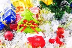 Jul klumpa ihop sig dekorerat och annan på suddighetsbakgrund Arkivfoto