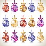 Jul klumpa ihop sig den färgrika hängande stora uppsättningen på bandet för jul t Arkivfoton