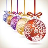 Jul klumpa ihop sig den färgrika hängande uppsättningen på bandet för julträd Arkivbild