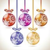 Jul klumpa ihop sig den färgrika hängande uppsättningen på bandet för julträd Arkivfoton