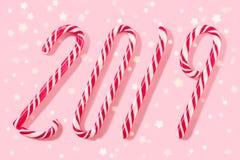 Jul klumpa ihop sig för garnering på en rosa bakgrund royaltyfria bilder