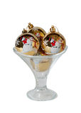 Jul klumpa ihop sig i den glass bunken för glass som isoleras på vit Arkivfoton