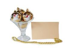 Jul klumpa ihop sig i den isolerade glass bunken för glass Royaltyfri Bild