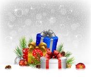 Jul klumpa ihop sig med gåvan, gran och sörjer kotten på snön Royaltyfria Foton