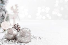 Jul klumpa ihop sig, och gran förgrena sig med stjärnor och en ren mot en suddig bakgrund arkivfoto