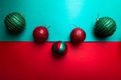 Jul klumpa ihop sig på backround för grön och röd peppar kortjul som greeting glad jul Top beskådar kopiera avstånd Minimalismcon Arkivbilder