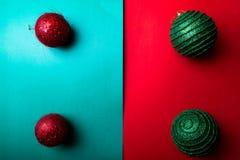 Jul klumpa ihop sig på backround för grön och röd peppar kortjul som greeting glad jul Top beskådar kopiera avstånd Minimalismcon Royaltyfria Bilder